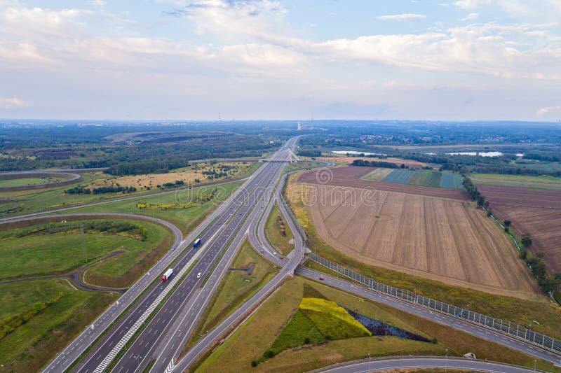 在高速公路连接点的鸟瞰图 免版税库存照片