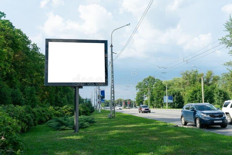 在高速公路,您的广告的背景旁边的空白的广告牌 ?? 库存照片