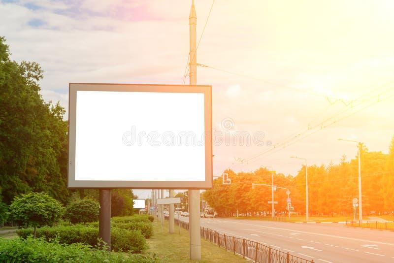 在高速公路,您的广告的背景旁边的空白的广告牌 ?? 免版税库存图片
