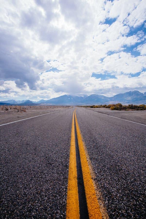 在高速公路395附近的不尽的路 免版税库存图片