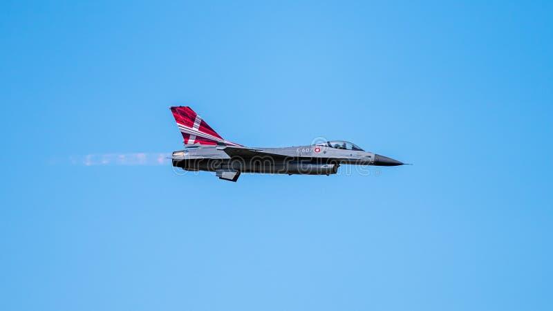 在高速行动的丹麦F-16战隼在外形 免版税库存照片