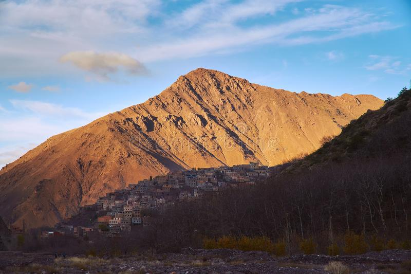 在高阿特拉斯山脉山的日落在回到Imlil的远足 免版税图库摄影