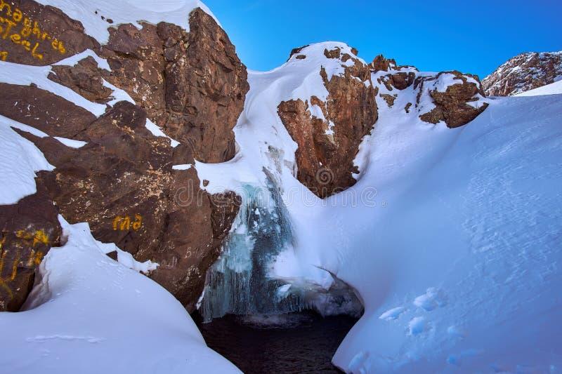 在高阿特拉斯山脉山的瀑布在Jebel附近图卜卡勒峰峰顶  免版税库存照片