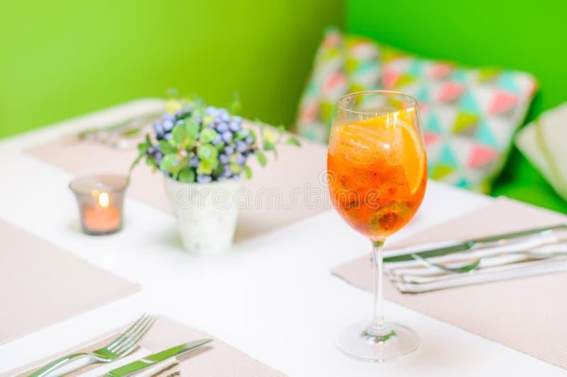 在高玻璃的橙味饮料 免版税库存图片
