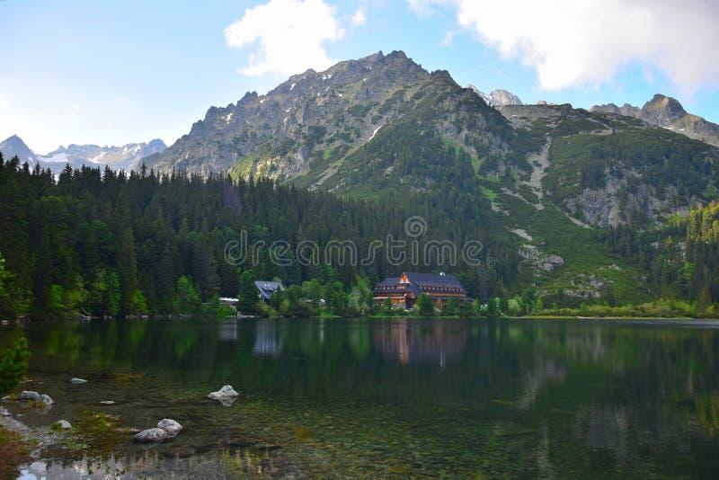 在高Tatras的美丽的湖Popradske pleso在平衡的太阳 库存图片