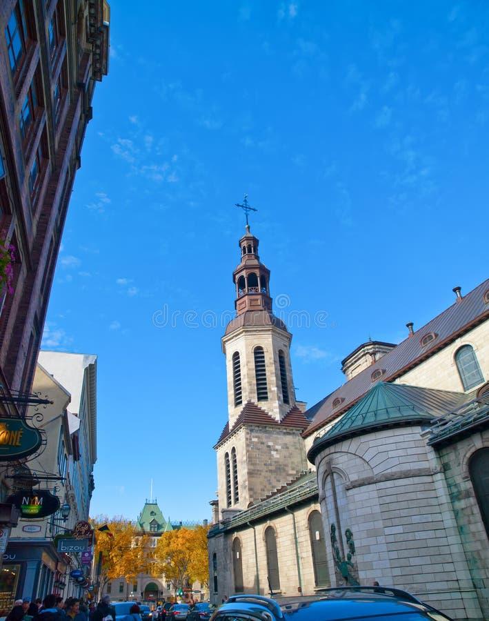 在魁北克历史城区教会附近的漫步 库存图片