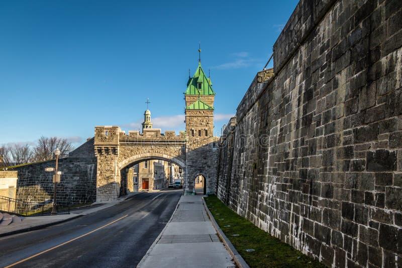 在魁北克-魁北克市,加拿大被加强的墙壁上的Porte圣路易门  库存照片