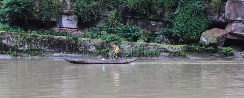 在鱼浅滩凹线的小船,四川,瓷 库存照片