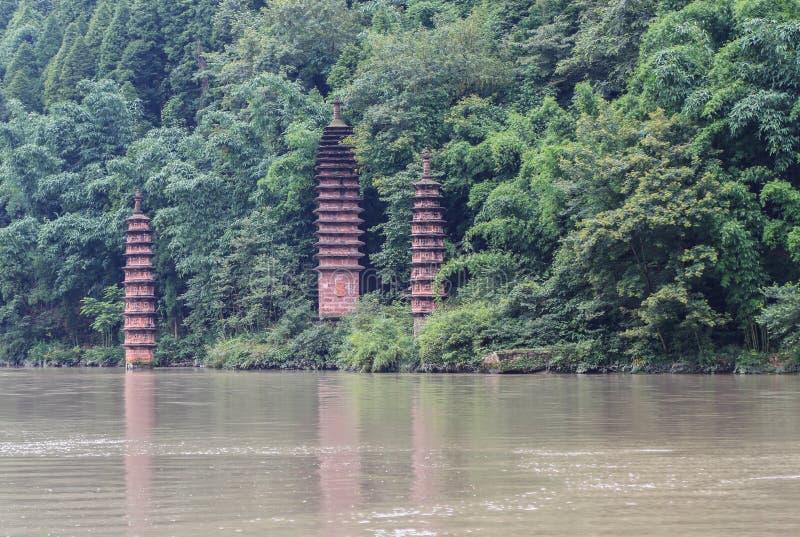 在鱼浅滩凹线的石塔,四川,瓷 免版税库存图片
