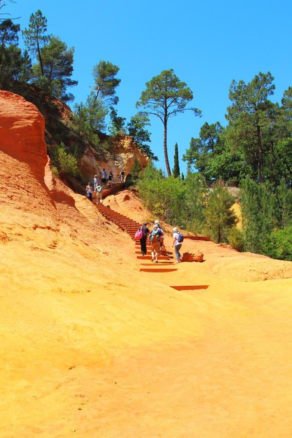 在鲁西永附近法国村庄的茶黄道路  库存照片