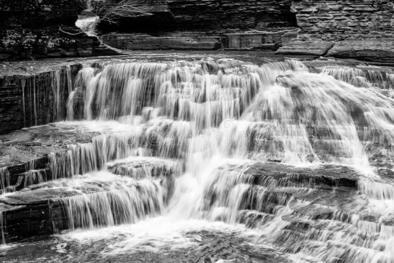 在鲁西鲁秋天上的小瀑布在Treman公园 图库摄影