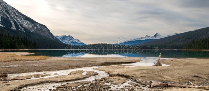 在鲜绿色湖的一阴沉的天在幽鹤国家公园 库存图片