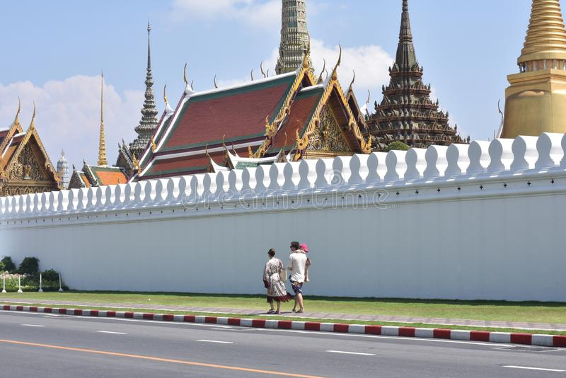 在鲜绿色菩萨之外曼谷玉佛寺寺庙的路佛教徒寺庙在曼谷,泰国 库存照片
