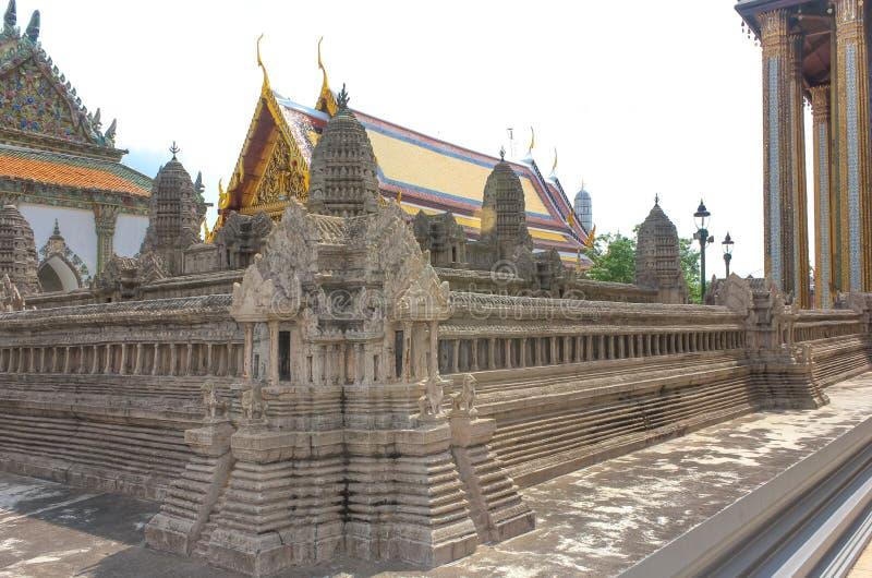 在鲜绿色菩萨寺庙的吴哥窟模型在曼谷,泰国 库存照片