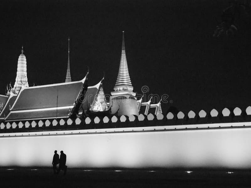 在鲜绿色菩萨的寺庙外面在晚上 免版税库存图片