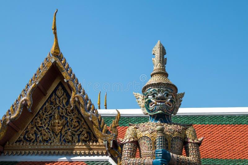 在鲜绿色菩萨Wat pha kaew的寺庙的巨人 图库摄影