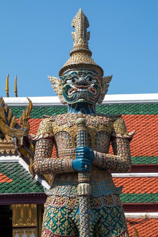 在鲜绿色菩萨Wat pha kaew的寺庙的巨人 免版税库存照片