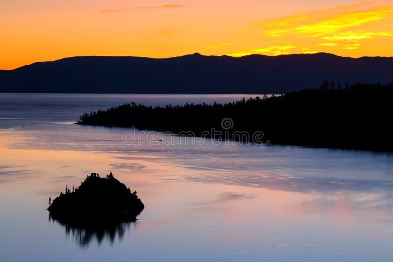 在鲜绿色海湾的日出在太浩湖,加利福尼亚,美国 图库摄影