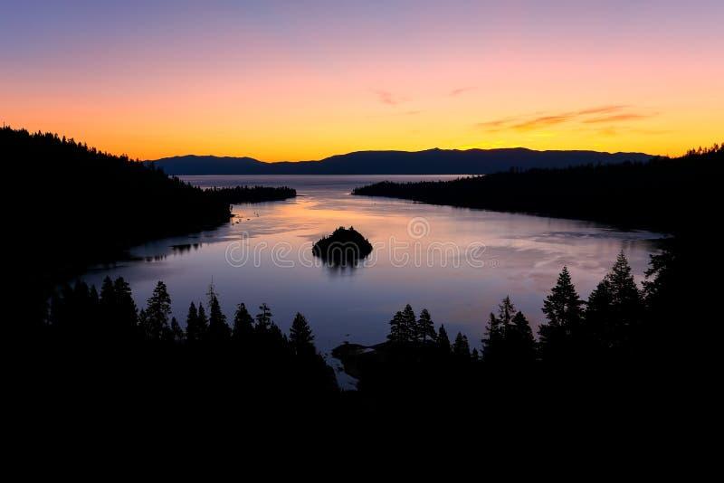 在鲜绿色海湾的日出在太浩湖,加利福尼亚,美国 免版税图库摄影