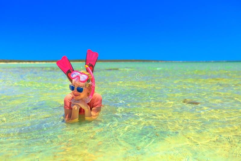 在鲨鱼海湾的Snorkeler 图库摄影