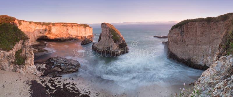 在鲨鱼飞翅小海湾鲨鱼牙海滩的全景 达文波特,圣塔克鲁兹县,加利福尼亚,美国 日落在加利福尼亚 免版税库存图片
