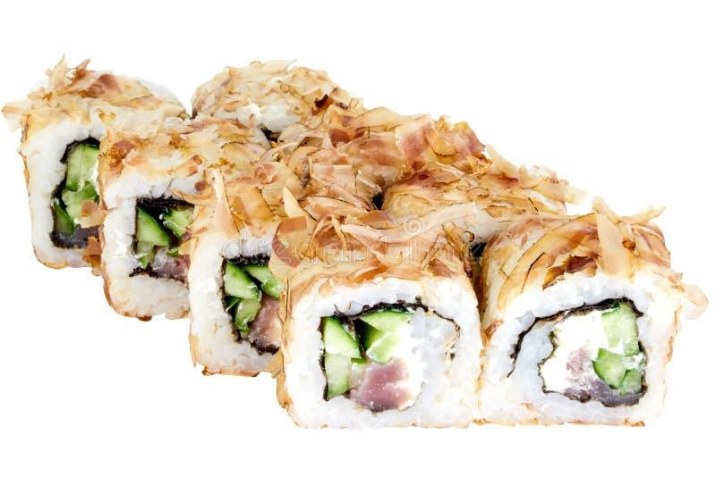 在鳕鱼削片的白色背景寿司卷寿司卷被隔绝的日本料理与金枪鱼和黄瓜特写镜头 库存图片