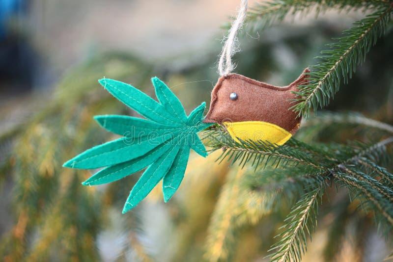 在鸟的额嘴的大麻叶子 大麻大麻新年娱乐 库存图片