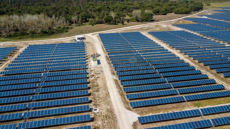 在鸟瞰图的太阳电池板 免版税库存照片