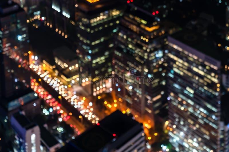 在鸟瞰图的被弄脏的城市光 摘要bokeh defocused背景都市夜修造的光在商业中心曼谷  免版税库存照片