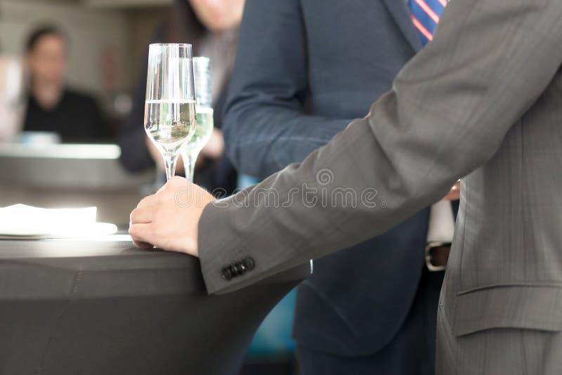 在鸡尾酒会的商人 免版税库存照片