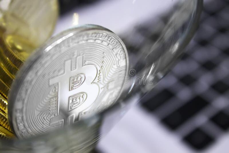 在鸡尾酒杯特写镜头的金黄bitcoins 免版税库存照片