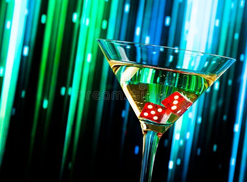 在鸡尾酒杯的红色模子在五颜六色的梯度 免版税库存照片