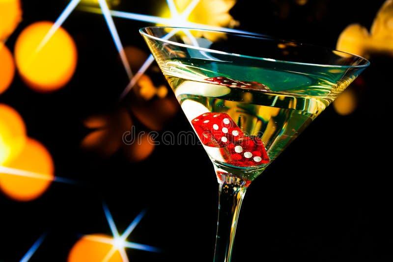 在鸡尾酒杯的红色模子在金bokeh和星 免版税图库摄影