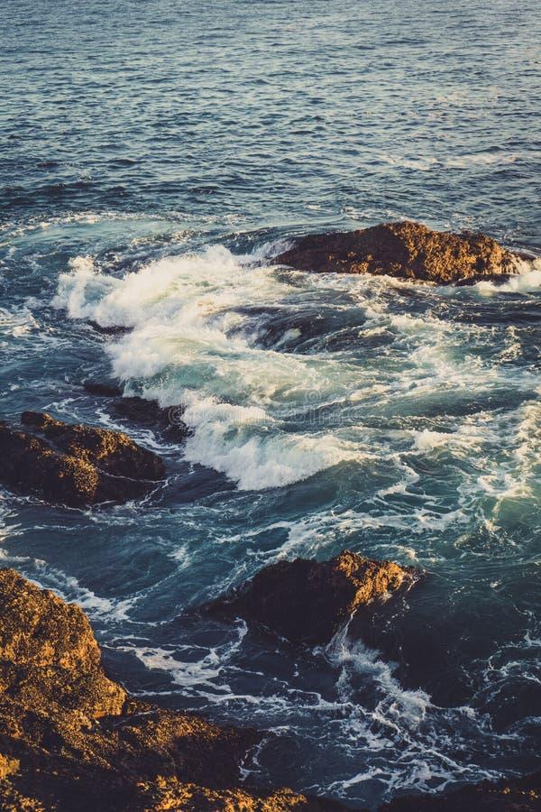 在鸽子点附近的波浪 免版税库存图片