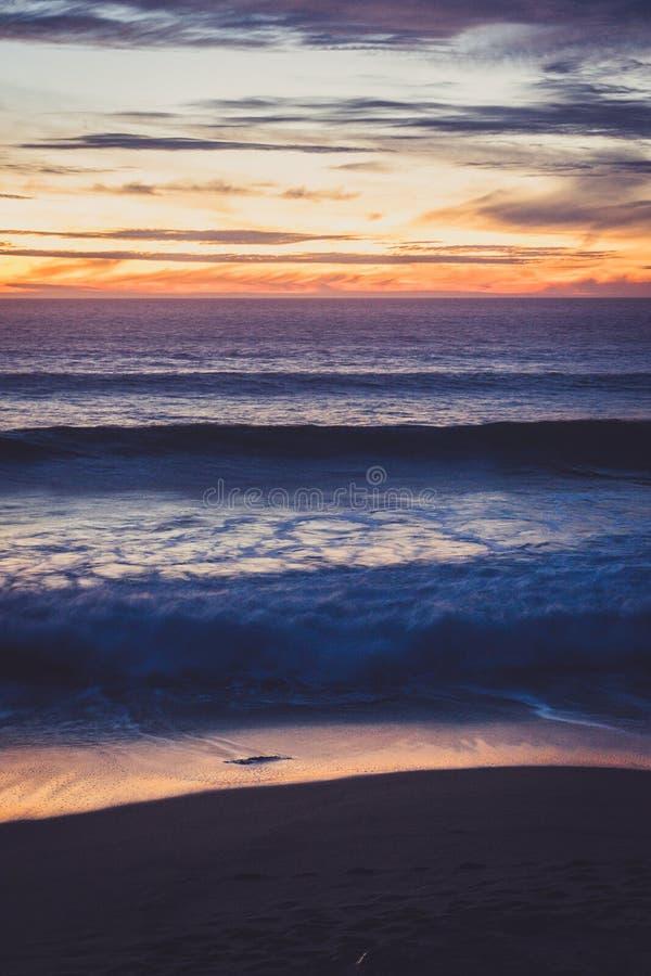 在鸽子点附近的波浪 库存照片