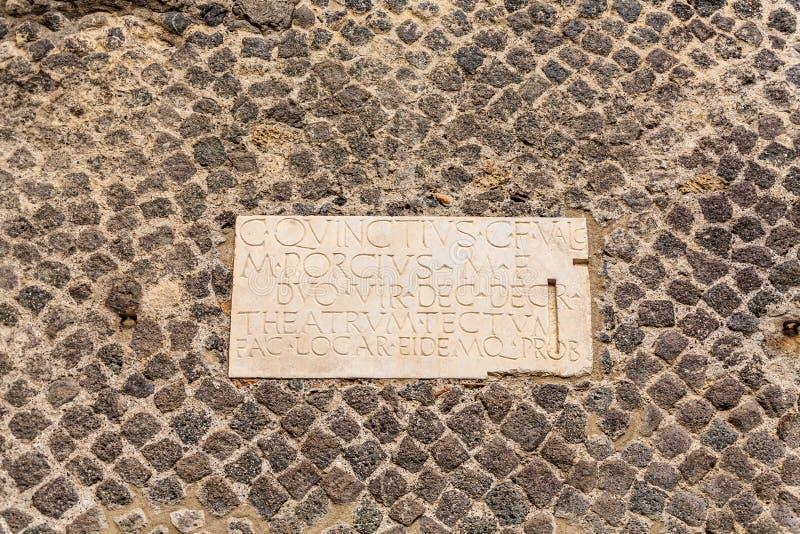 在鹅卵石的匾在庞贝城 库存照片