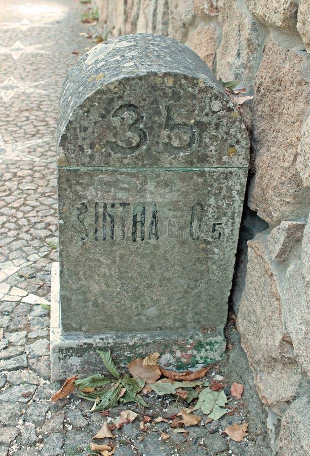 在鹅卵石路的老里程碑在葡萄牙 免版税图库摄影