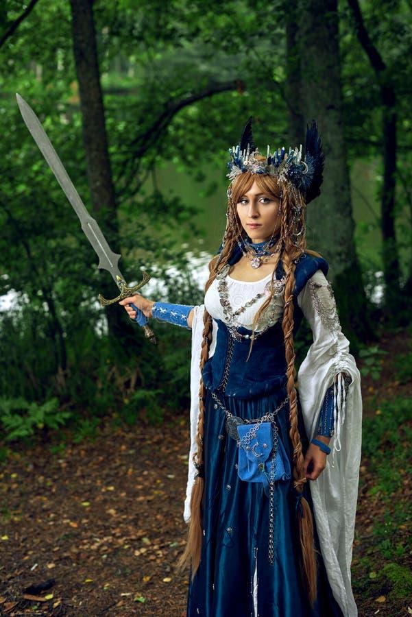 在鹊服装的Valkyrie warrioress 免版税库存图片