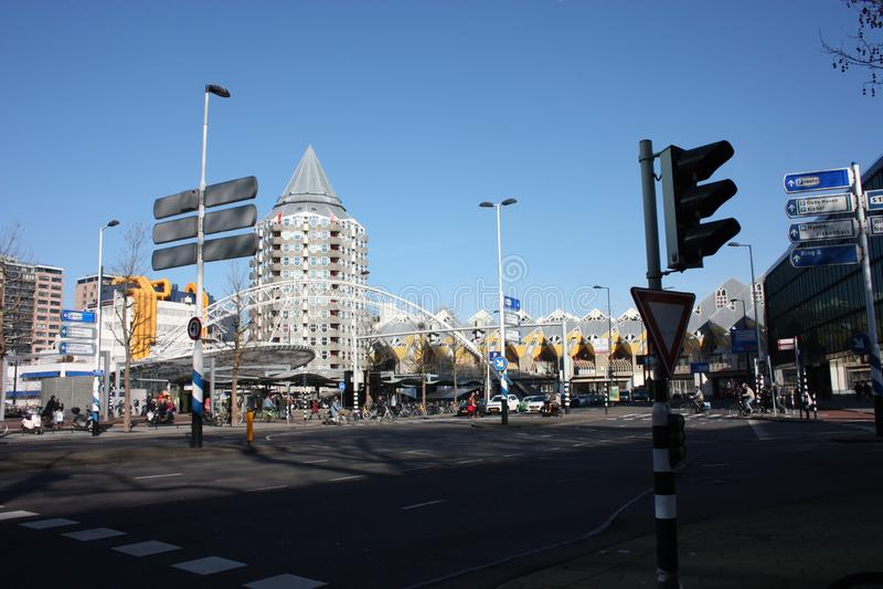 在鹿特丹大都会的忙碌和现代驻地的每日城市混乱  黄色立方体房子是装饰  库存照片