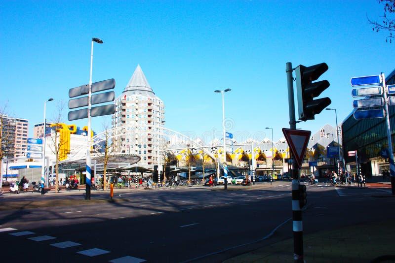 在鹿特丹大都会的忙碌和现代驻地的每日城市混乱  黄色立方体房子是装饰  库存图片