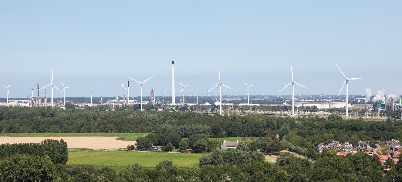 在鹿特丹附近的风轮机 免版税库存照片