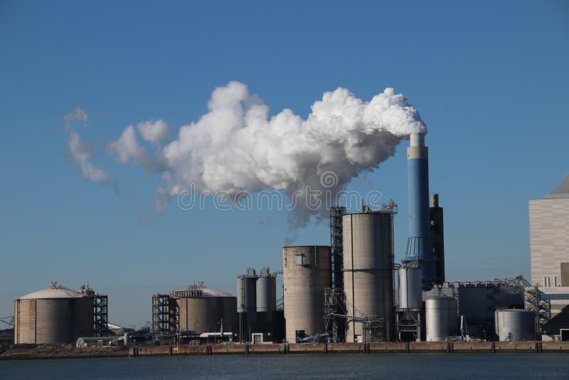 在鹿特丹马斯蒸从烟囱出来在能源厂 库存照片