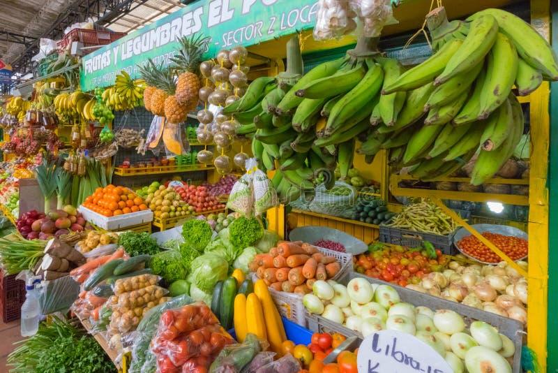 在麦德林哥伦比亚零售m的菜和热带水果立场 库存图片