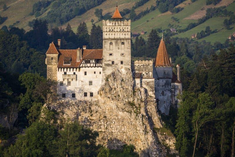在麸皮的德雷库拉城堡在日出 免版税库存照片