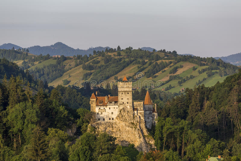 在麸皮的德雷库拉城堡在日出 库存图片
