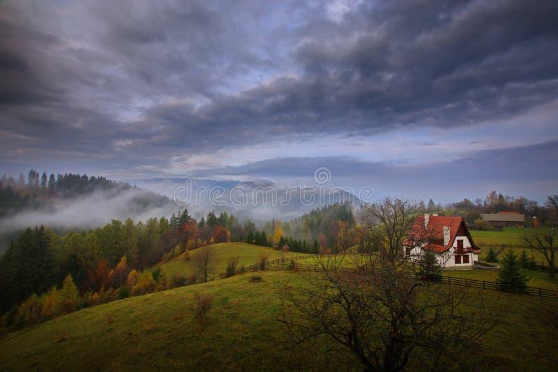 在麸皮,特兰西瓦尼亚,布拉索夫,小山的罗马尼亚的Autum风景 免版税库存图片