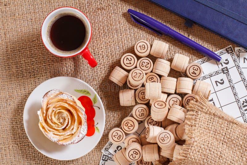 在麻袋布的棋乐透纸牌 在袋子和g的木乐透纸牌桶 免版税库存图片