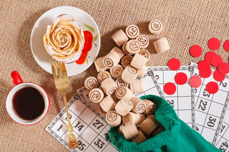 在麻袋布的棋乐透纸牌 在袋子和g的木乐透纸牌桶 免版税库存照片