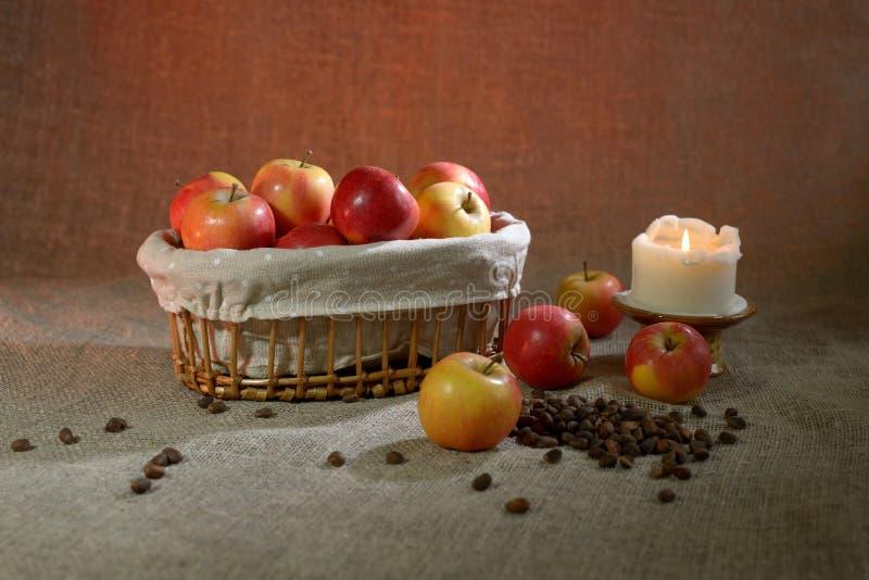 在麻袋布的苹果 库存照片