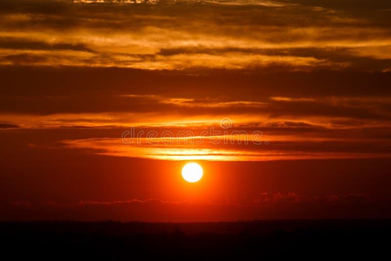 在黄昏云彩的惊人的太阳 日落图象 美好的红色多云s 免版税库存照片